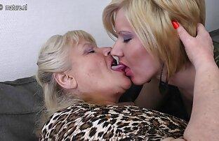 Blonde ձգվում է իր սրբան միաժամանակ հարվածում է իր կրծքեր. չաղլիկ սեքս տեսանյութեր