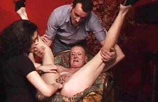 Ռուս աղջիկը երկար ոտքերով այգում գտնվում է ճապոնական պոռնո ֆիլմեր vagina.
